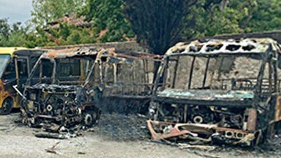 Scuolabus incendiati a San Giuliano Terme